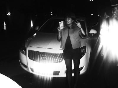 女子无证酒驾 被查后在车前比V字拍照留念