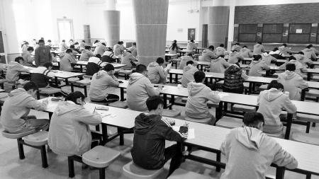 华茂高一学生在无人监考的诚信考场考试。 成良田 摄
