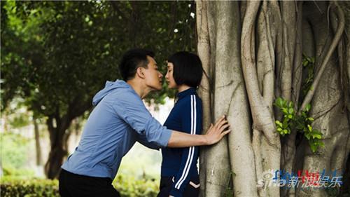 周迅佟大为树下亲吻