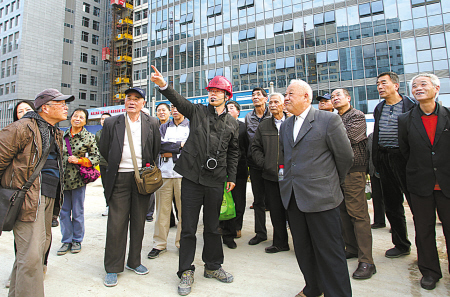 昨天下午,80名市民代表正在参观即将竣工的重点民生工程李惠利医院东部院区。(胡建华 沈杰 摄)