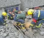 消防员屋顶挖洞救老人