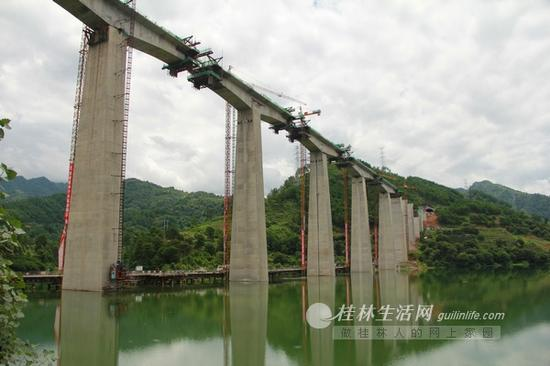 去年7月,还在建设中位于阳朔的幸福源水库特大桥。记者汤世亮 摄