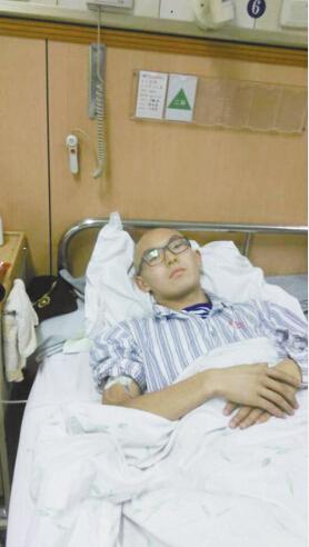 病床上的乔小军(照片由乔小军的姐姐乔晓娟提供)