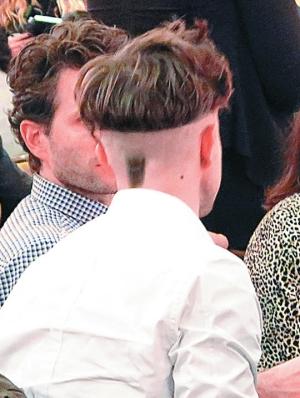 罗伯特(小图)担任最佳导演奖的颁奖嘉宾,但其脑后的一小撮头发真是大煞风景。