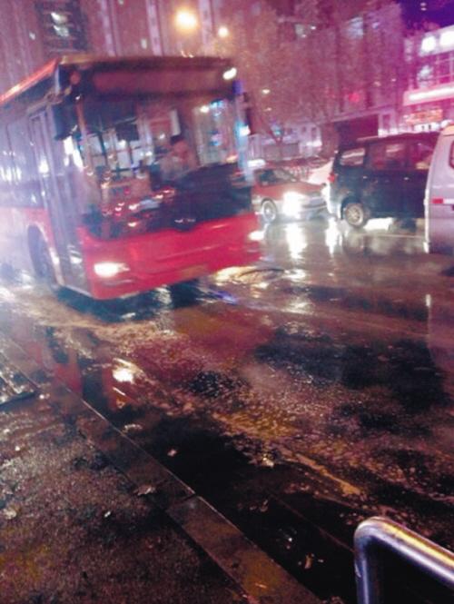 网曝205路公交车晚高峰关灯甩站拒拉客(图)