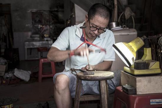 """在南安洪濑六甲内的一条老街巷,还""""幸存""""着这么一家老秤店,老师傅杨安福依然坚守着祖上传下来的手工制秤老手艺。"""
