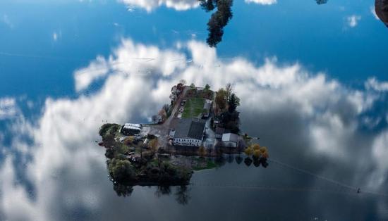 """瑞士连日暴雨 农场变""""孤岛"""""""