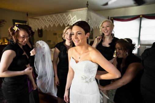 选购婚纱时带过多的亲友一起去