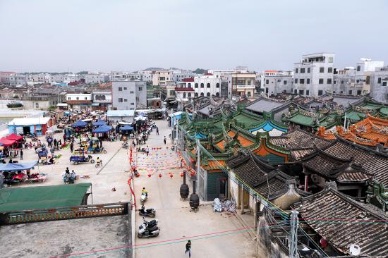 博社村東頭十多座連成片的蔡氏祠堂群前,廣場上多了些擺賣,已恢復應有的農村生活
