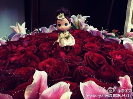 奶茶妹妹21岁生日收到刘强东大捧玫瑰花