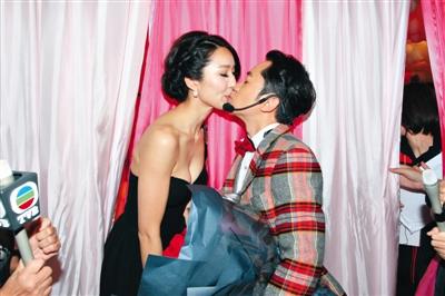 求婚成功后,王祖蓝和李亚男在TVB台庆后台轻吻。