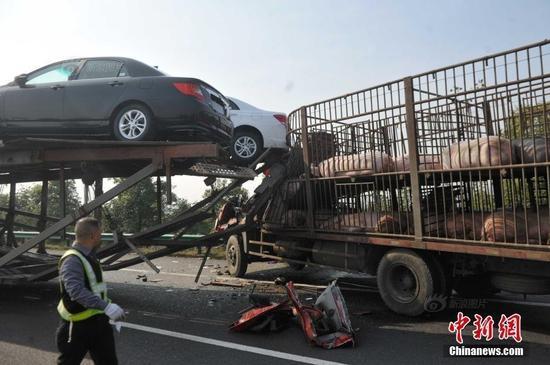 高速70余辆车追尾事故 车祸致一囚车受损