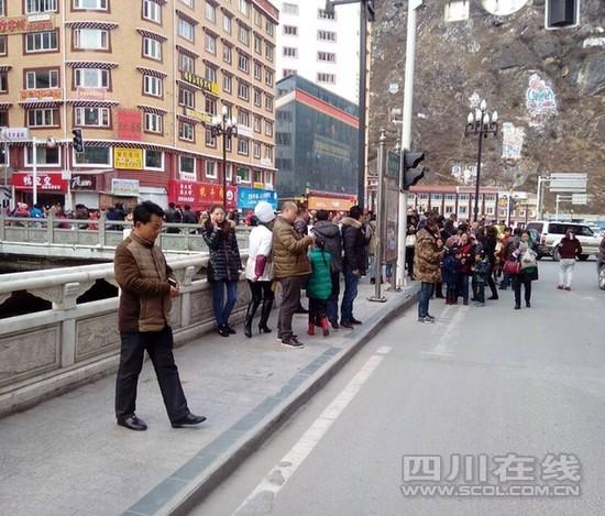 """目前康定城内,大多市民们跑到街边""""避难""""。"""