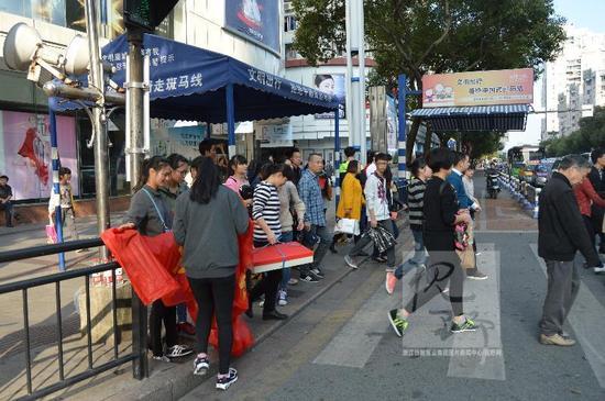 温州大学生筑人肉斑马线 对中国式过马路说不