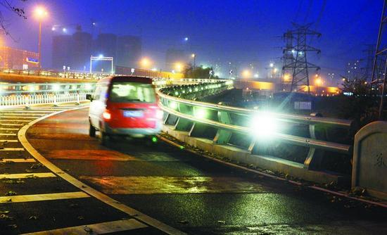 桥上引路灯刺眼 司机怀疑安反