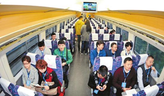 10月30日,成绵乐客运专线列车宽敞明亮