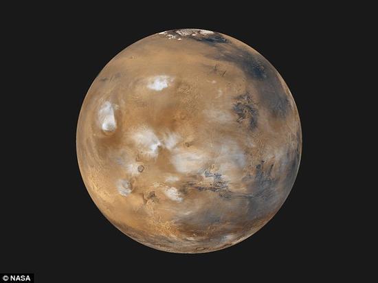 """2011年,布兰登堡首次提出一种假设,认为火星上的红色可能源自于一场自然发生的热核爆炸。他在2011年接受福克斯新闻网采访时指出:""""火星表面被一层薄薄的放射性物质层覆盖,其中包括铀、钍和放射性钾。这些物质从火星上的一个热点向外辐射。核爆产生的碎片遍布火星各处。"""""""