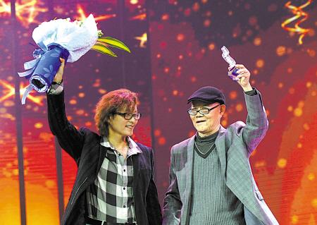 宁波好歌曲金奖词曲获得者上台领奖。(周建平 摄)
