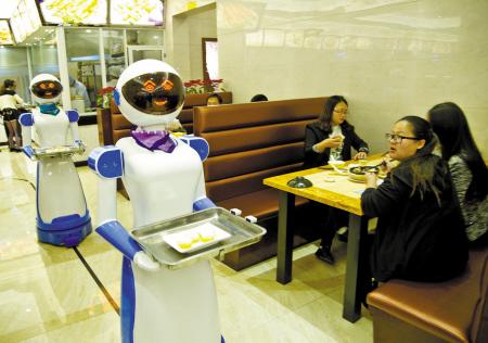 餐厅地面上有一条黑色的光学感应磁条,机器人通过磁条感应沿着磁条滑行送餐。记者 王勇 摄