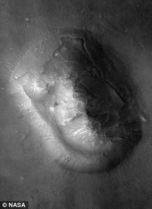 照片展示了流动的沙丘形成的面部图案。
