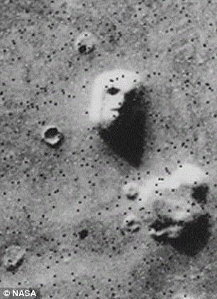 """布兰登堡表示他发现了古代火星的两个存在生命的地区发生核爆的证据,其中一个便是曾发现火星脸的""""希顿尼亚""""。布兰登堡表示火星脸实际上是古代火星文明的遗物。"""