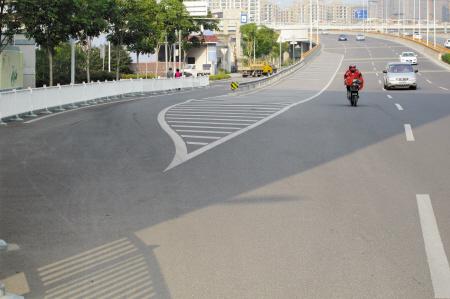 立交桥上电动车与机动车相互争道。