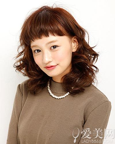 头发颜色:深棕色