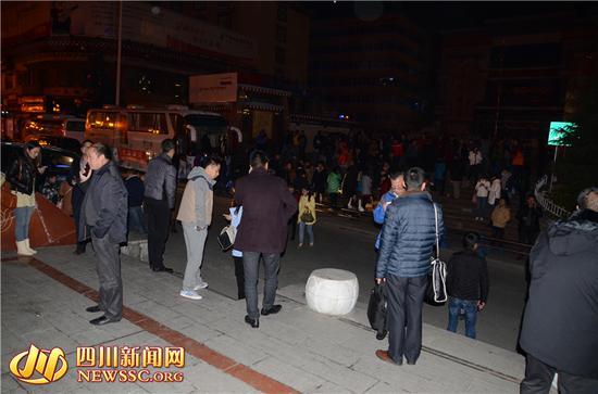 康定发生5.8级地震 县城居民纷纷外出避险