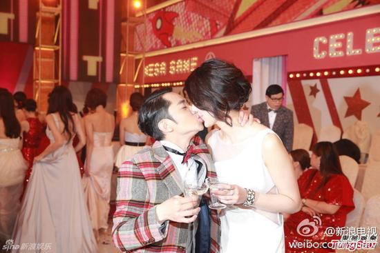 王祖蓝在TVB台庆上像女友求婚