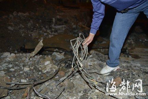 福州华林路树兜地铁围挡内,勾机挖断多条电缆