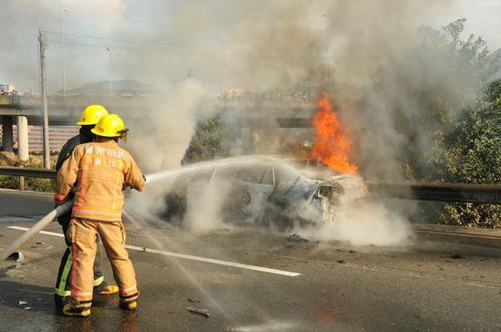 """该车于当日下午1时43分从平阳进口进入G15沈海高速公路的,开往台州方向。""""开消防车绕道到起火现场太慢了,我们直接破拆了高速护栏进入现场扑救。""""温州消防特勤一中队队员表示,当时轿车在猛烈燃烧,车内一名男子(谢某)已被过路司机营救出来。"""