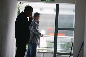 昨天在宁波第二医院,两名男子躲在楼梯间抽烟