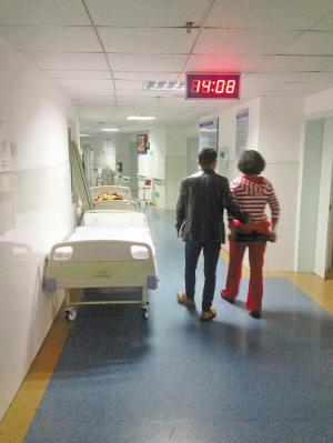 3楼走廊上放了一溜产床。 记者 张寅 摄