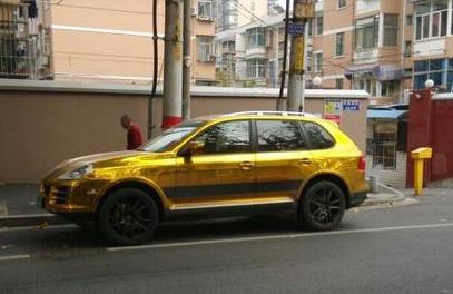 南京街头现黄金保时捷卡宴 引过往路人围观