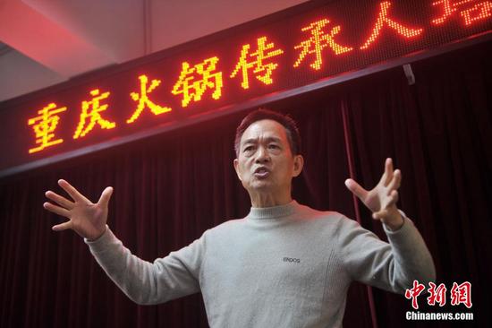 图为重庆火锅协会会长李德健讲解火锅理论。陈超摄