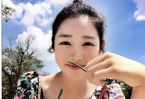 """""""雪糕女神""""获校花大赛冠军 甜美度爆表"""