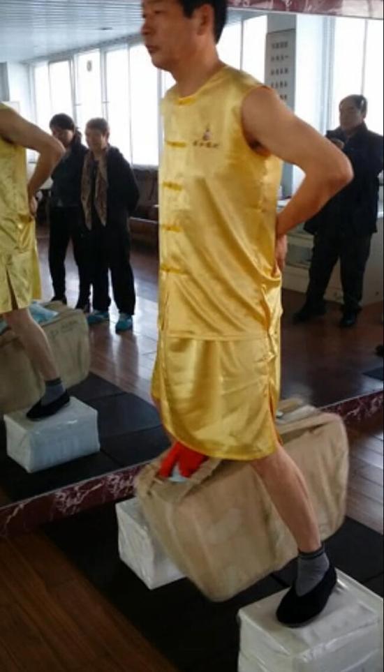 河南男子用睾丸拉起160斤重物 甩动10分钟