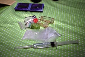 宁波警方缴获的吸毒器具