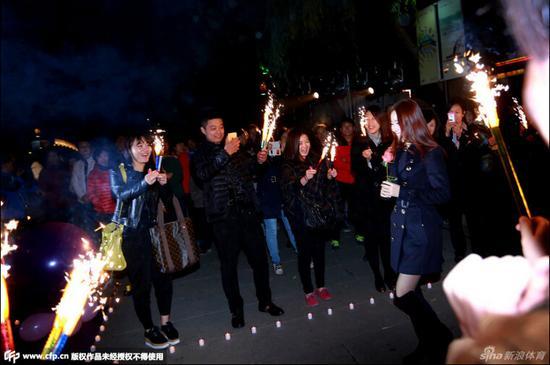 山东鲁能球员崔鹏大明湖畔浪漫求婚