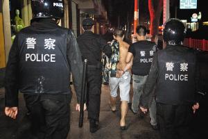宁波警方在百城禁毒会战中抓毒贩