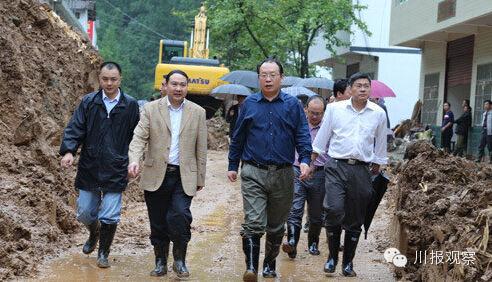 今年9月,巴中市因暴雨受灾。9月16日,时任巴中市委副书记、市长周喜安(左三)深入通江县、南江县检查洪涝灾情和指导灾后重建工作。