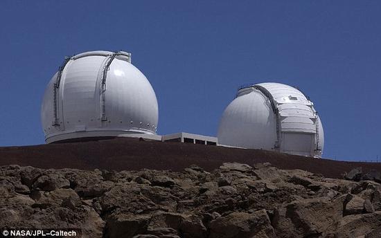 对环形结构的观测动用了红外干涉测量方法。具体来说就是将两台位于夏威夷莫纳克亚山顶的10米口径大型望远镜(如图)相连接,从而达成相当于口径85米望远镜的分辨精度。
