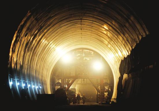 11月29日,位于广元市境内的西成铁路客运专线连蒙村隧道正在施工建设中。