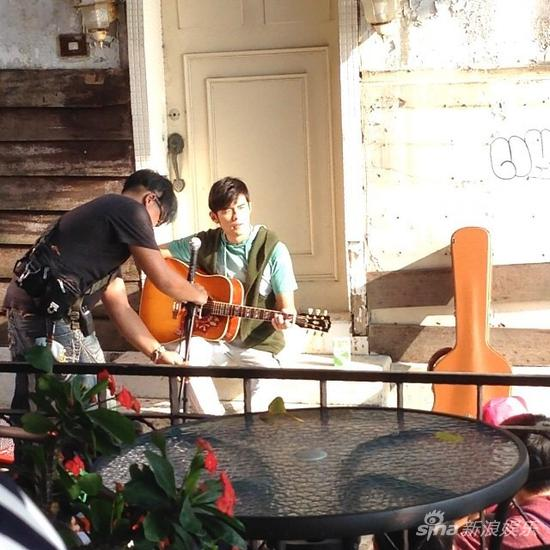 周杰伦抱吉他弹唱