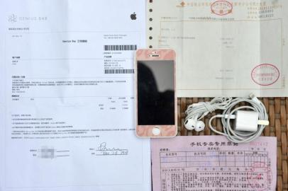 杨先生购买手机的单据和配件