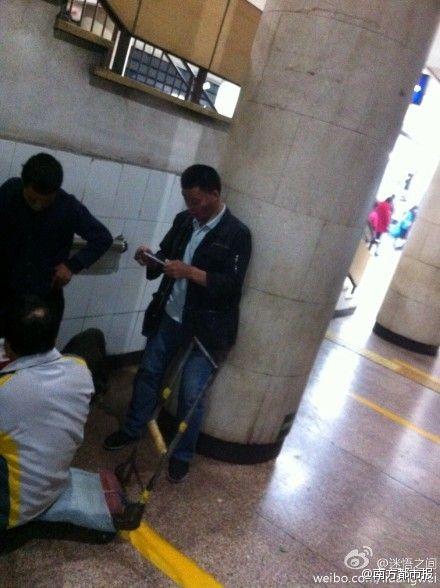 乞丐地铁站里数钱 掏iPhone6拍照(图)