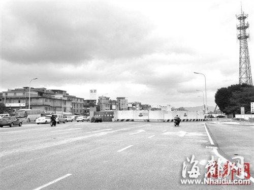 福峡路事故现场,地铁围挡右边为非机动车道,但还是有人骑电动车往左边机动车道跑