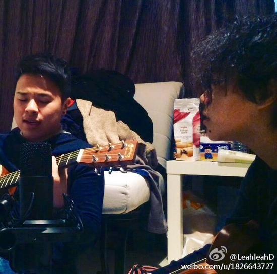 窦靖童和男性友人唱歌弹吉他