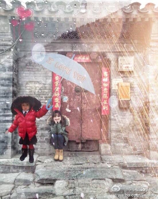 小甜馨为妈妈撑伞
