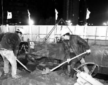 郑州六大主干道深夜施工忙 工人三班倒赶工期